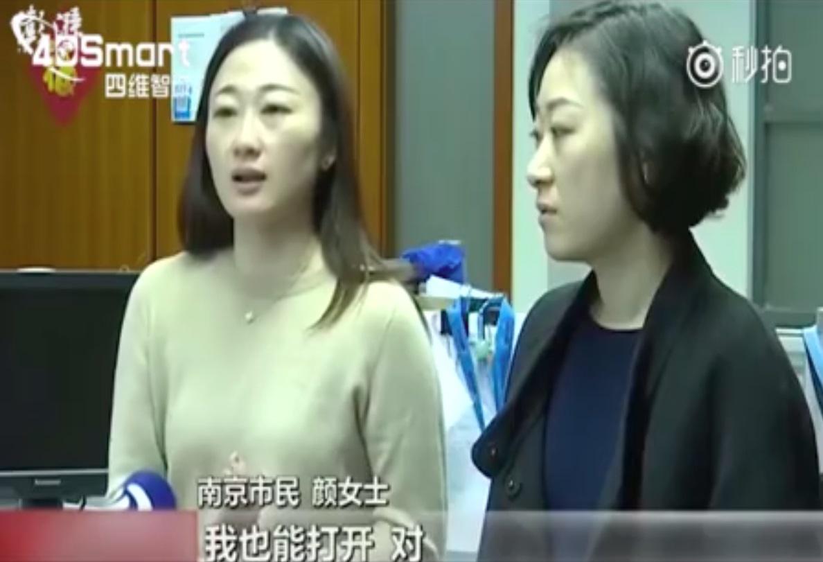 Duas mulheres lado a lado.