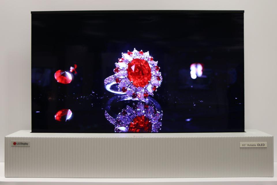 """Imagem de LG demonstra TV """"enrolável"""" e TV OLED 8K de 88 polegadas na CES [vídeo] no tecmundo"""