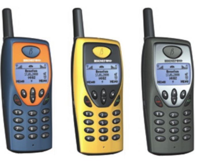 Três celulares.
