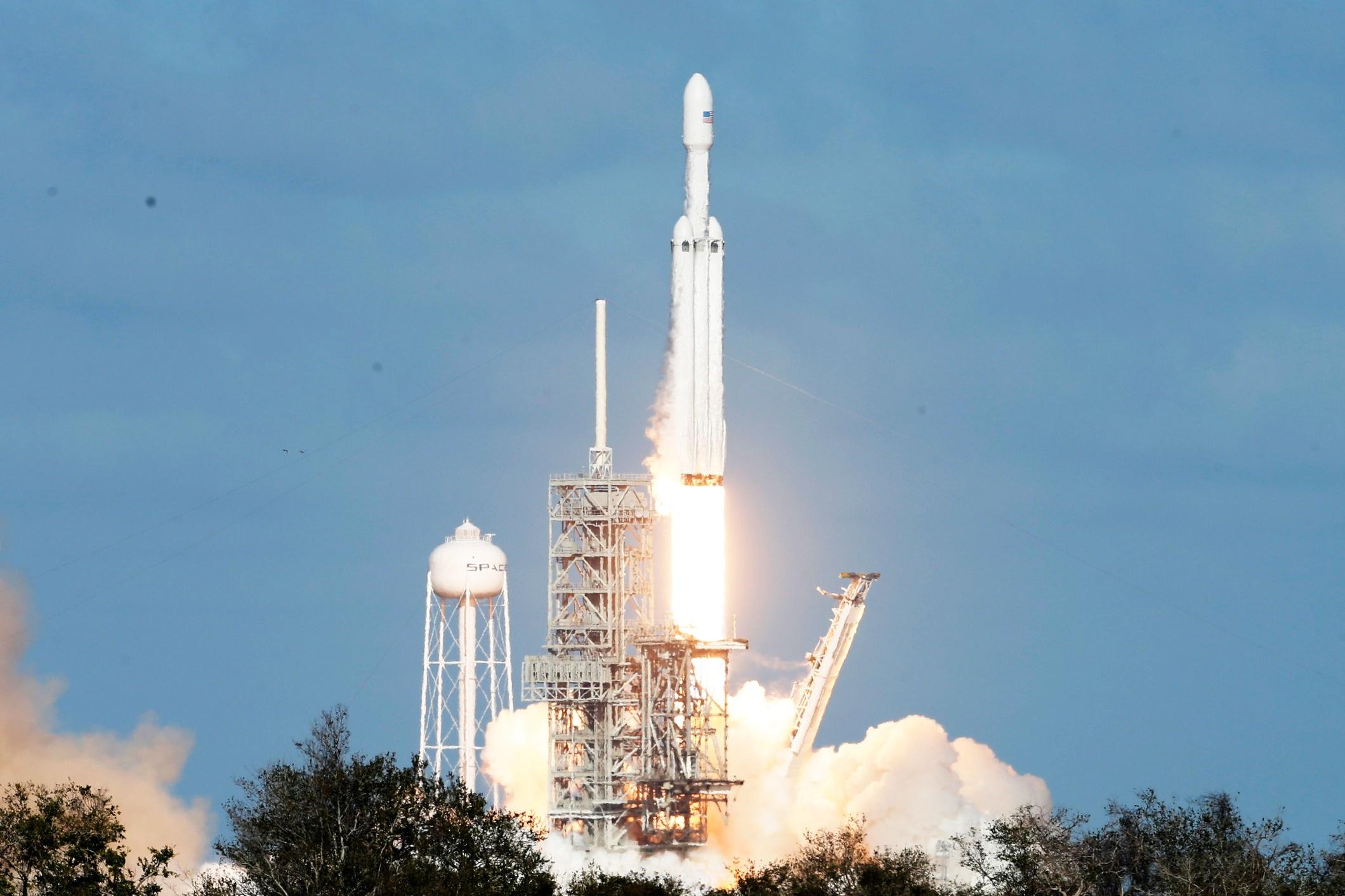 Imagem de SpaceX lança com sucesso o Falcon Heavy, mais poderoso foguete atualmente no tecmundo