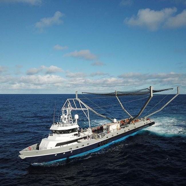 Uma barcaça com uma rede.