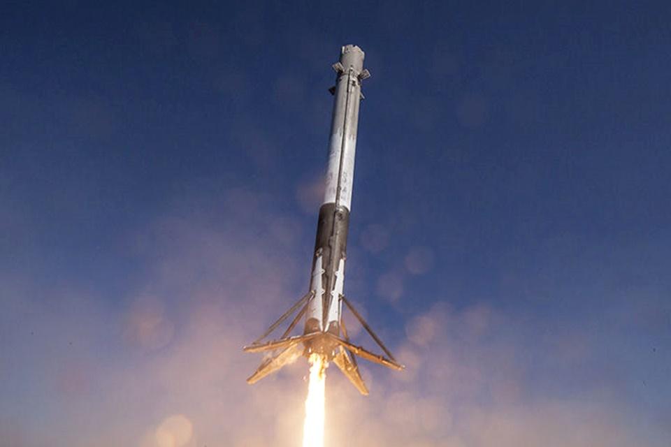 Imagem de Foguete da SpaceX fez um buraco na atmosfera que pode afetar o GPS no tecmundo