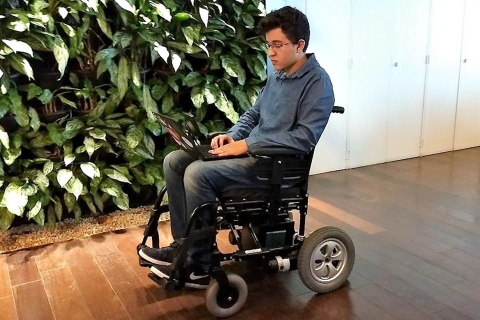 Imagem de Microsoft Brasil mostra cadeira de rodas que pode ser guiada só com o olhar no tecmundo