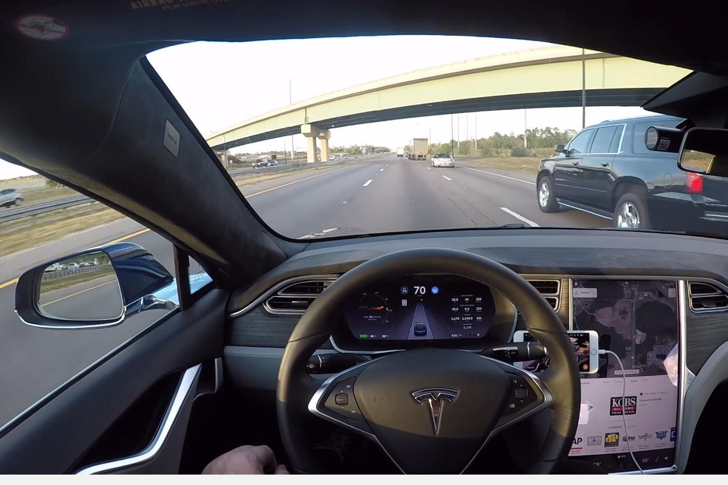 Imagem de Autopilot da Tesla tende a sair da pista em local de acidade fatal [vídeo] no tecmundo
