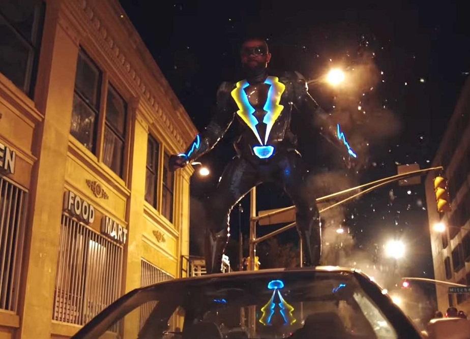 Um homem em cima de um carro.