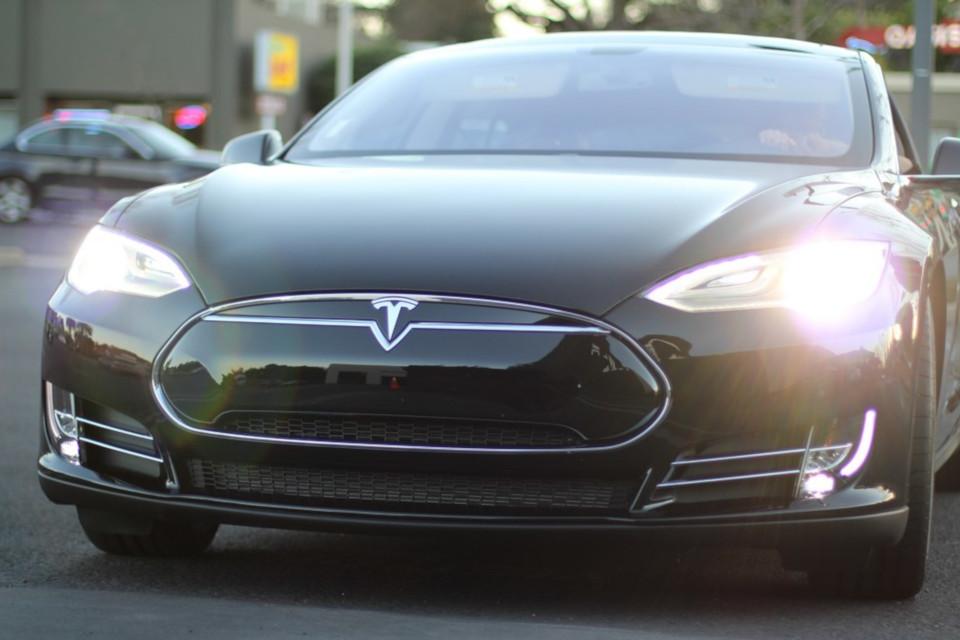 Um carro Tesla Model S.
