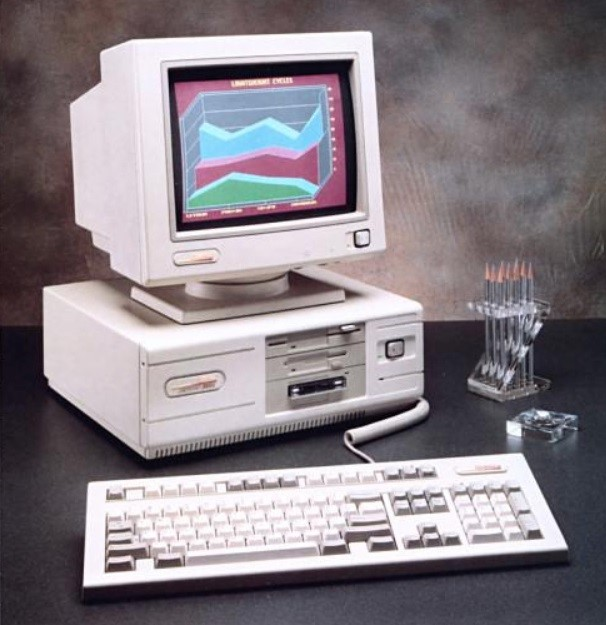 Um computador antigo.