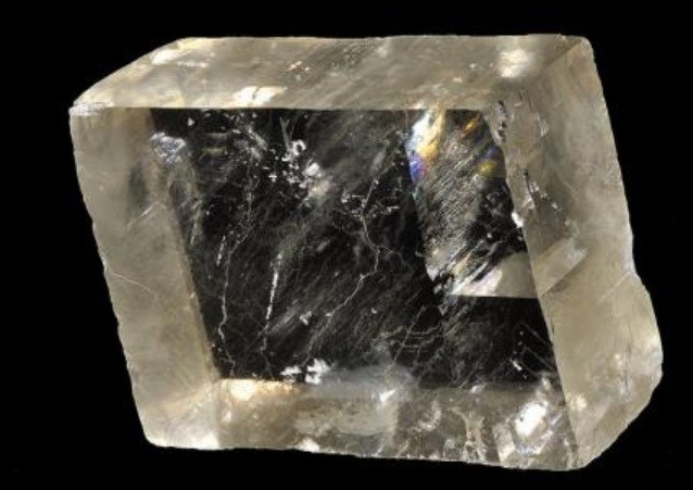 Uma pedra transparente.