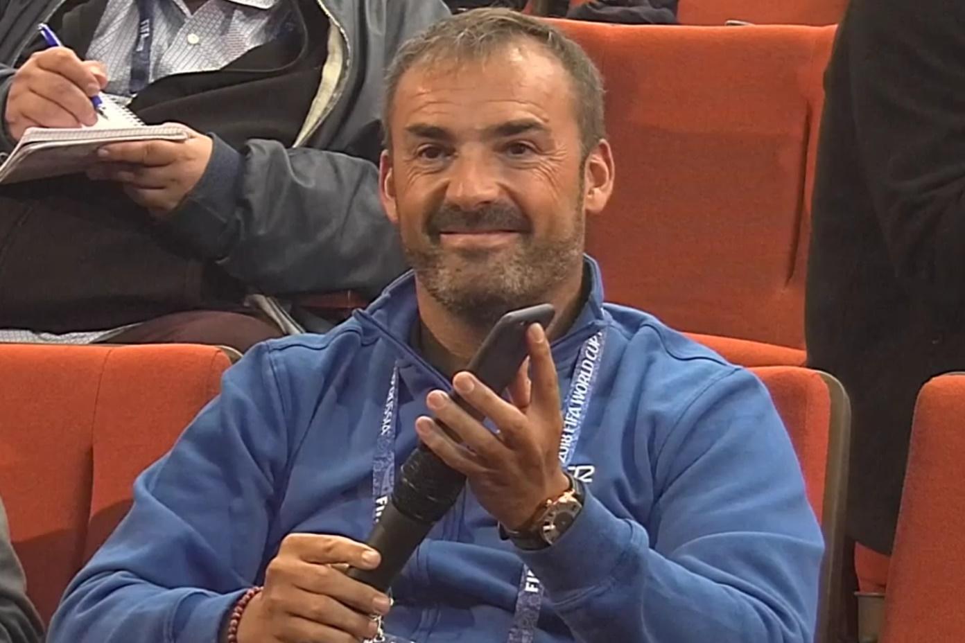 Imagem de Sem falar francês, jornalista pergunta usando o Google Tradutor no celular no tecmundo