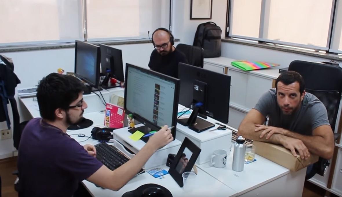 Três pessoas trabalhando.