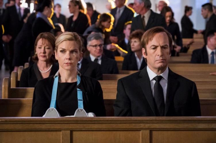 Duas pessoas na igreja.