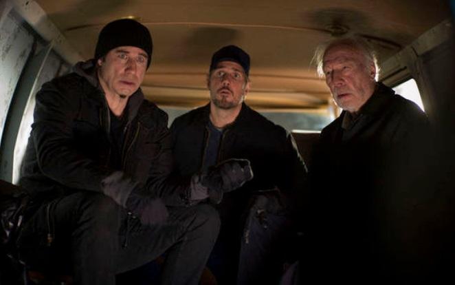 Três pessoas em um carro.