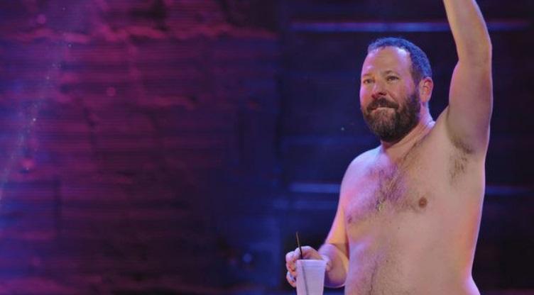 Um homem sem camisa.