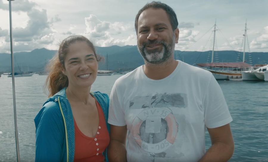 Duas pessoas sorrindo.