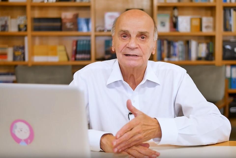 Uma pessoa atrás de um PC.