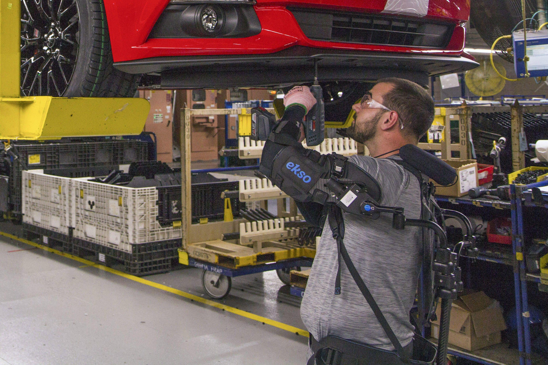 Imagem de Funcionários da Ford usam exoesqueleto para evitar lesões no trabalho no tecmundo