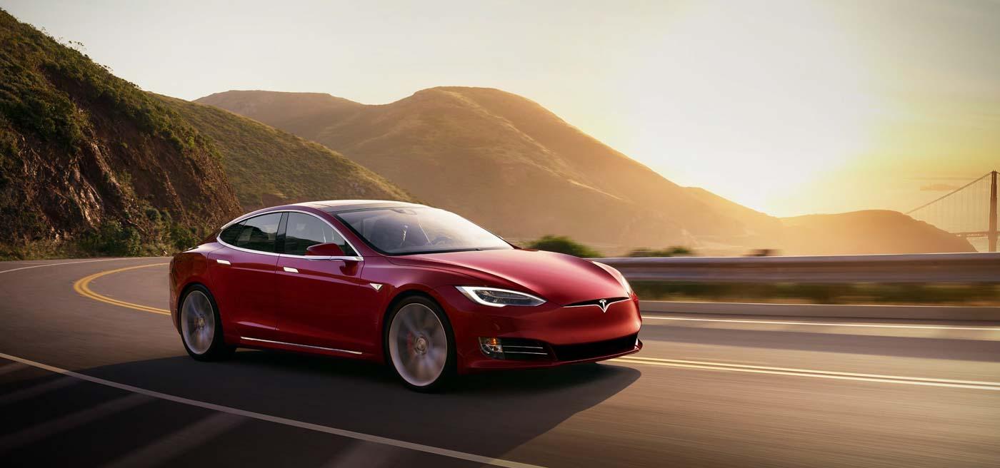 Imagem de Carro da Tesla sai voando e acerta estacionamento de escola nos EUA no tecmundo