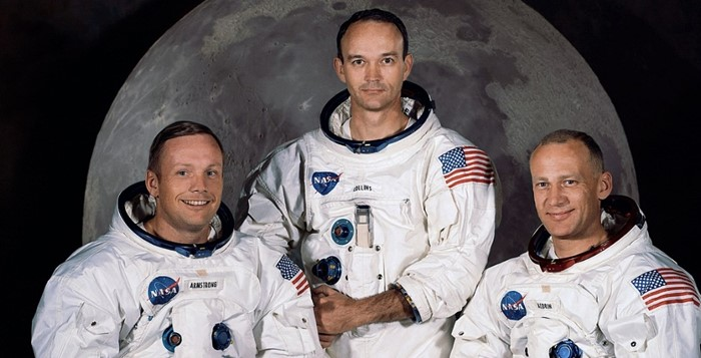 Três astronautas.