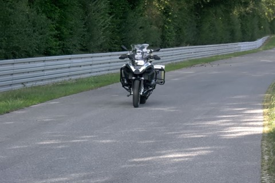 Imagem de BMW cria moto que anda e estaciona sozinha no tecmundo