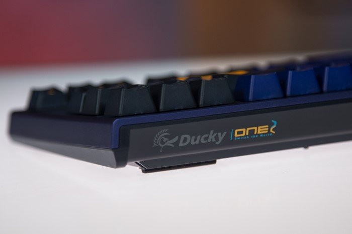 Logotipo Ducky One 2 Horizon