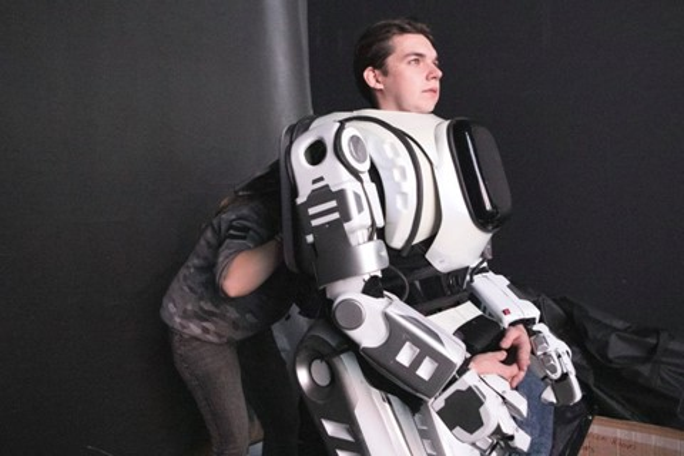 Imagem de Robô apresentado em TV russa era, na verdade, uma pessoa fantasiada no tecmundo