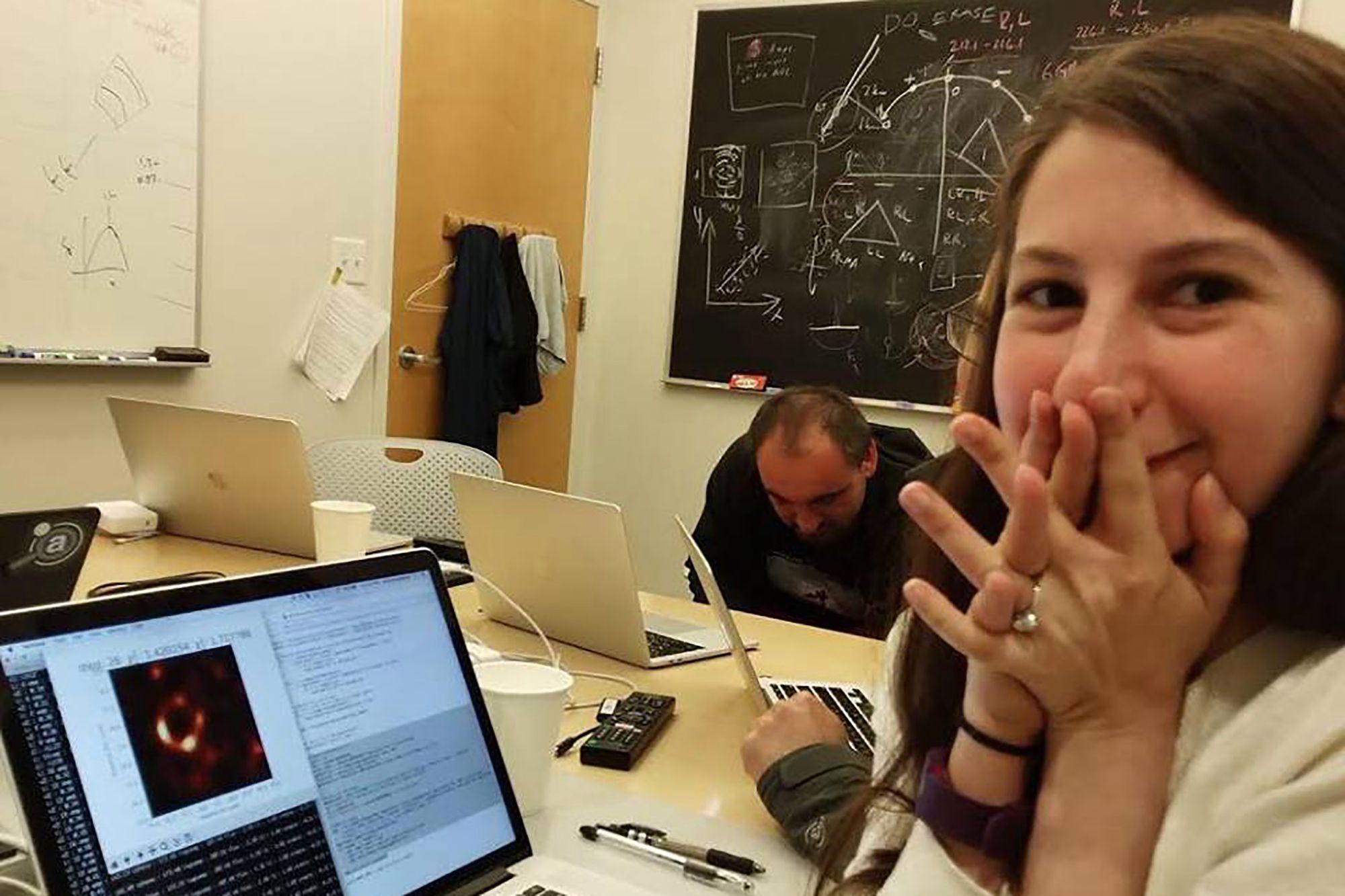 Imagem de Quem é Katie Bouman, a cientista famosa pela foto do buraco negro? no tecmundo